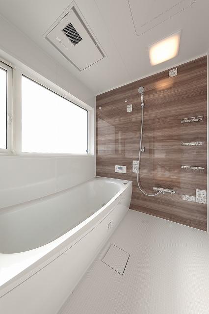 南側浴室(バスルーム)の全景