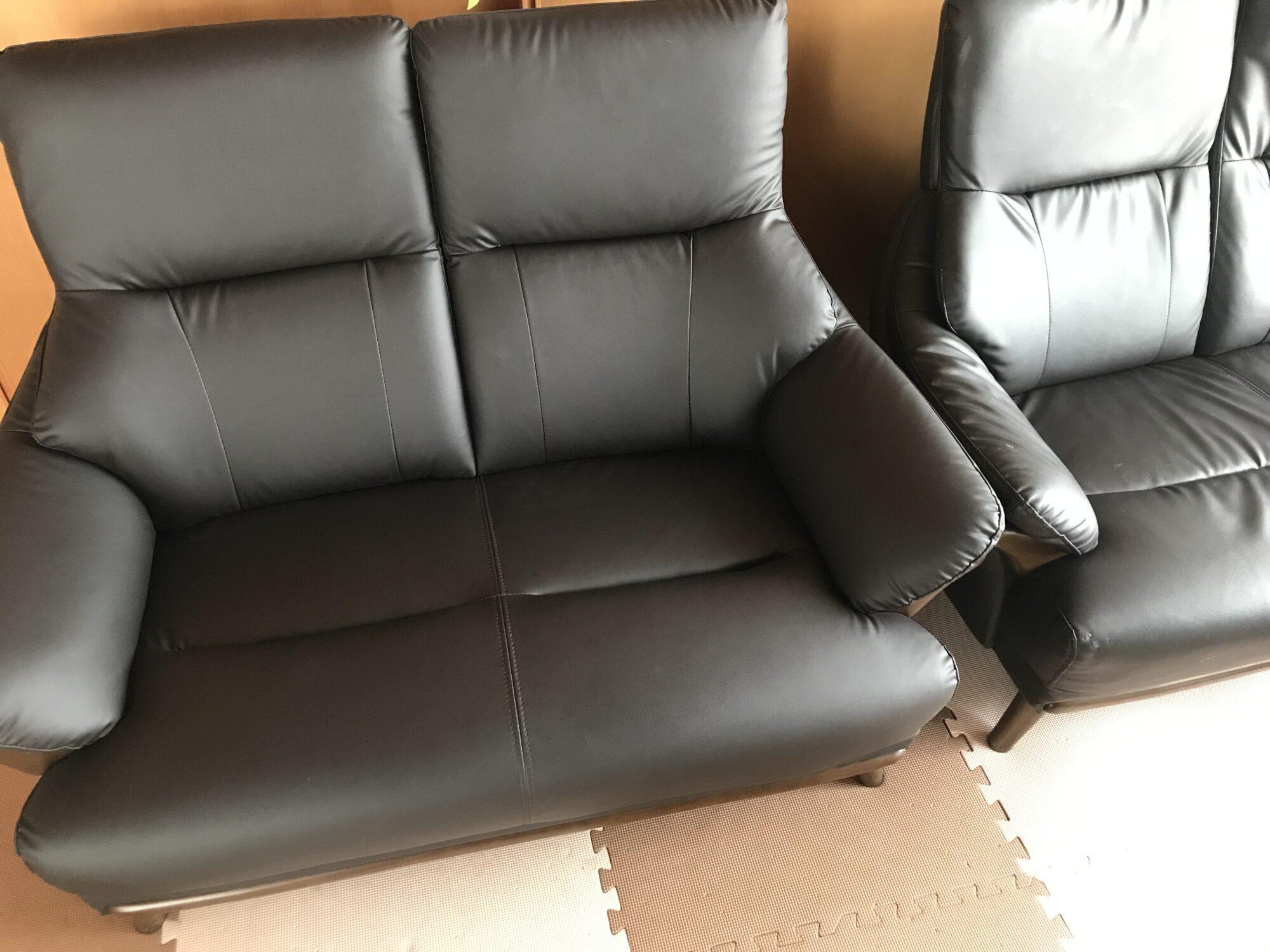 ニトリのソファ「コウテイ」の新品2人用と2年使った3人用の色の劣化比較