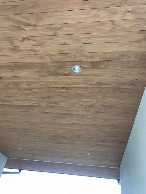 駐車場の軒天は杉板