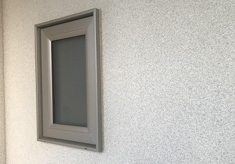 リシン吹き付けの外壁の写真(窓の近く)