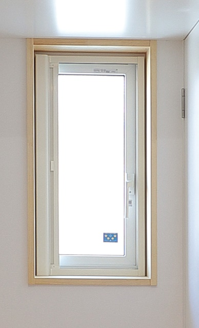 納戸の窓APW430