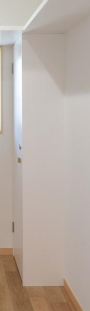 納戸の扉付き可動棚
