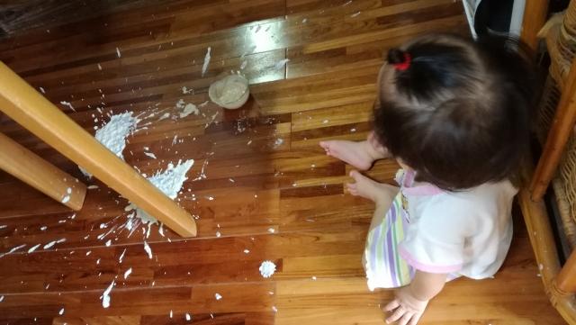 ヨーグルトをこぼした子供