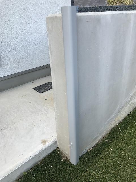 トラスコ安心クッションL字型 TAC-05を擁壁のカドに貼り付け