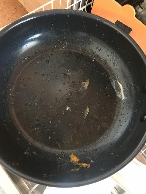 フライパンについた目玉焼きの汚れ