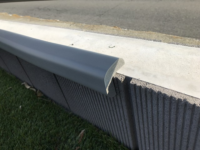 外壁の土台に取り付けたトラスコ安心クッションL字型(接写)