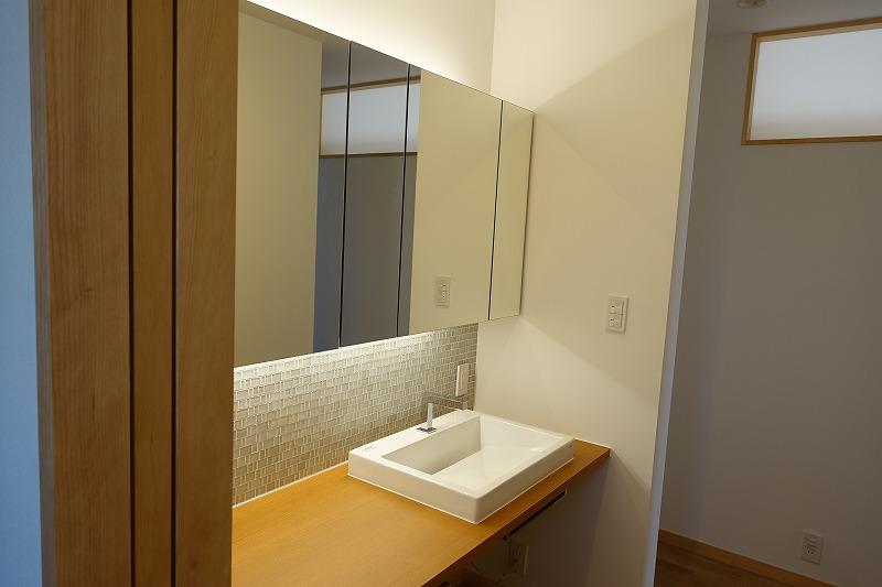 鏡裏収納のある洗面所
