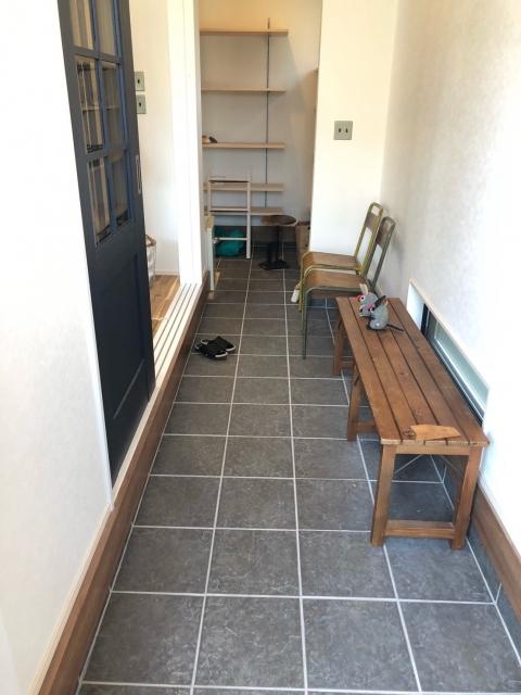 玄関に置かれたベンチ