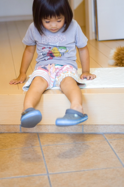 玄関の段差で靴を履く