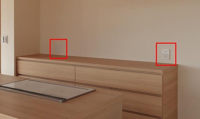 キッチンの背面収納の上のコンセント