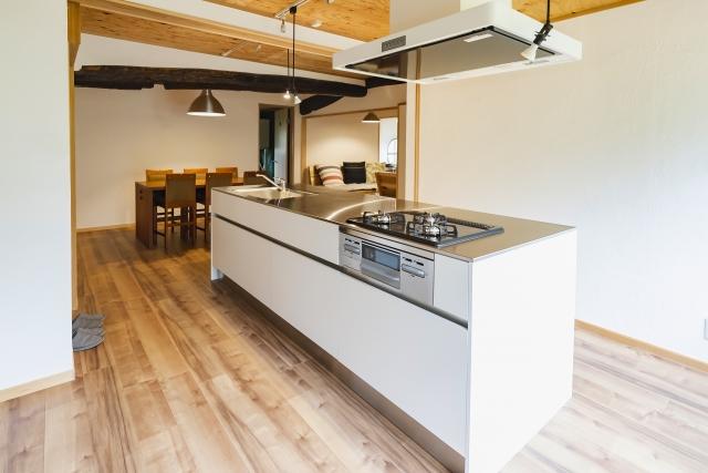 キッチンの床材を無垢材にした写真