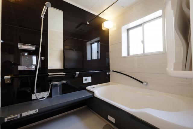 黒を基調とした浴室