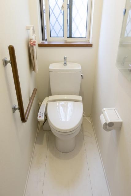 窓のあるトイレの写真