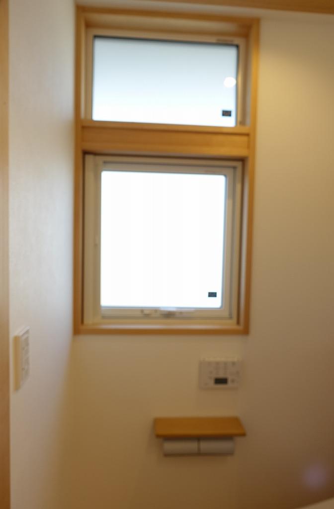 トイレの窓はAPW430