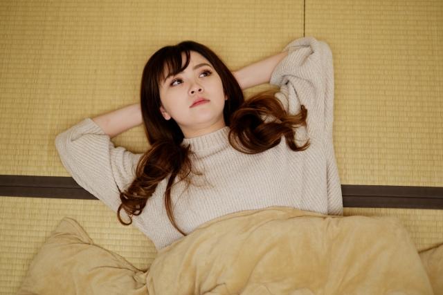 和室で寝ころぶ女性