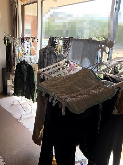 リビングに干された洗濯物