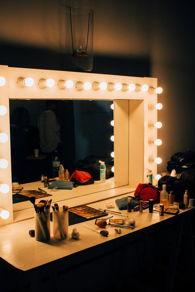 女優ライトでメイクする