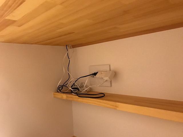 書斎の棚の下の電源コンセント