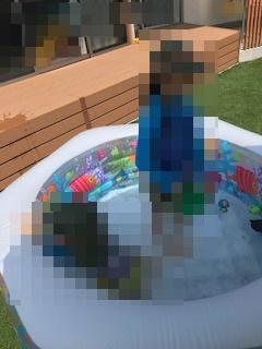 夏に庭でプール