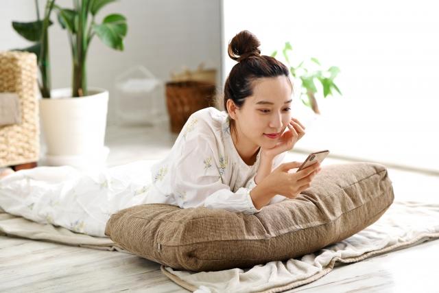 スマートフォンでブログを読む女性